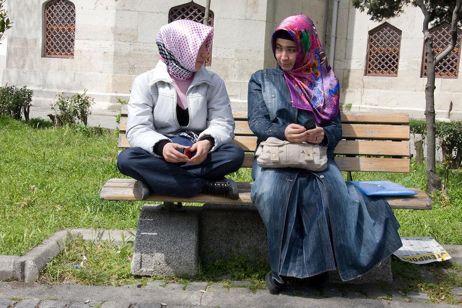 perempuan muslimah duduk
