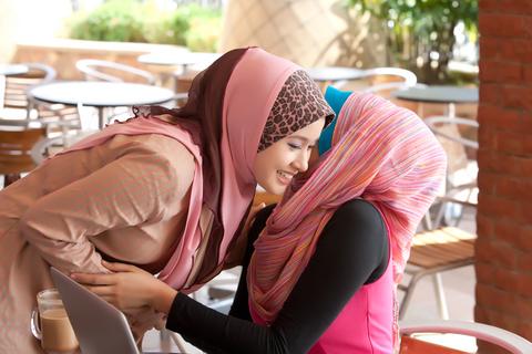 """Ini 8 """"Jangan"""" Ketika Bersahabat, muslimah-berpelukan-pertemuan ,Ini 8 """"Jangan"""" Ketika Bersahabat"""