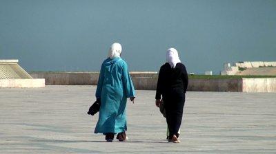 muslimah jalan kaki